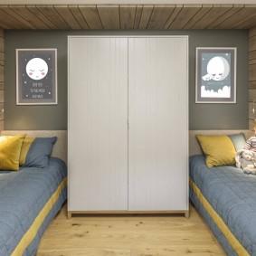 Белый шкаф между кроватями школьников