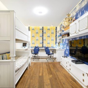 Длинная комната с белой мебелью