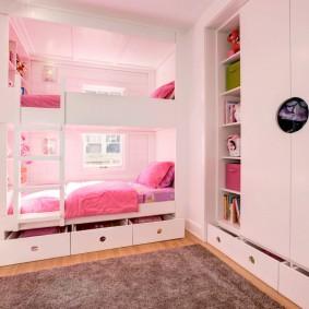 Розовые оттенки в девчачьей спальне