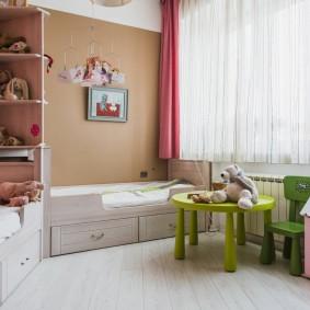 Игровая мебель перед окном детской