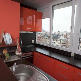 Красно-черная кухня на присоединенном балконе
