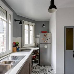 Двухкамерный холодильник в интерьере балкона
