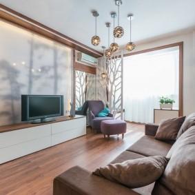 Узкий диван в светлой гостиной