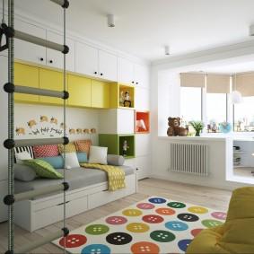 Желто-белая стенка в детской комнате