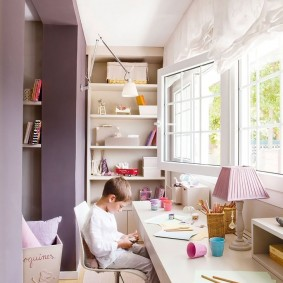 Рабочий стол школьника на балконе частного дома