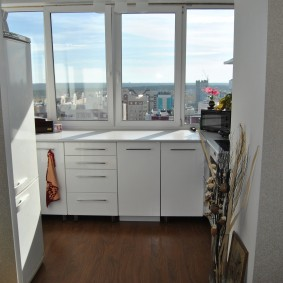 Кухонный гарнитур вдоль окна балкона