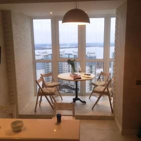 Кухонный столик на панорамном балконе