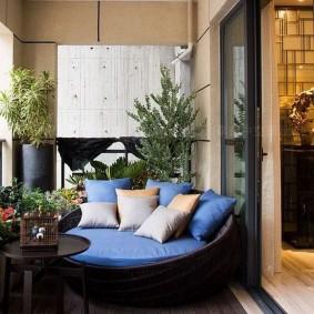 Удобный диванчик на лоджии в квартире