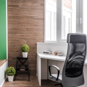 Стильный стул с высокой спинкой