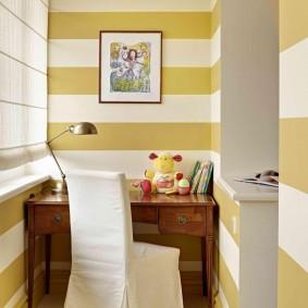 Полосатые стены балкона в детской комнате
