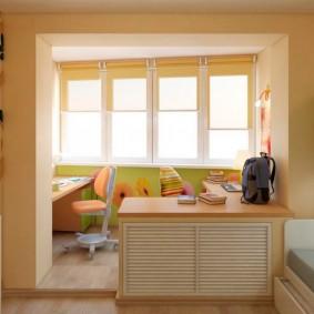 Рулонные шторы на створках балконного окна
