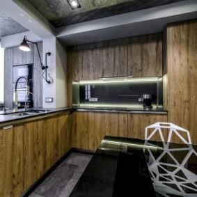 Деревянная мебель в небольшой кухне