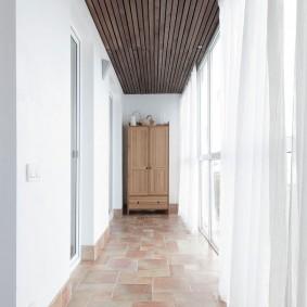 Деревянный потолок на узкой лоджии