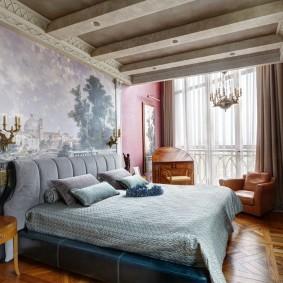 Декоративные балки на потолке спальной комнаты