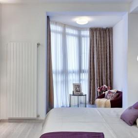 Светлая спальная комната в квартире панельного дома