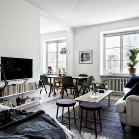 Скандинавская гостиная без штор на окнах