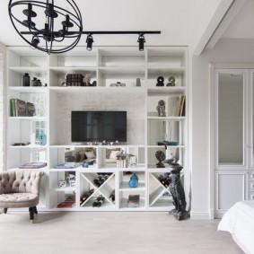 Встроенный стеллаж в гостиной комнате