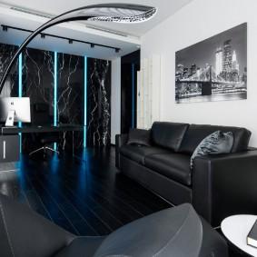 Черный диван с кожаной обивкой