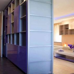 Встроенный шкаф между прихожей и гостиной