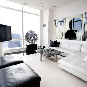 Светлая комната с белым потолком