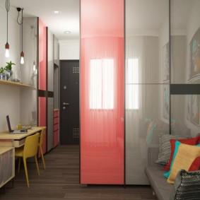 Встроенный шкаф около дивана в гостиной