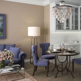 Мягкие стулья в обеденной зоне гостиной