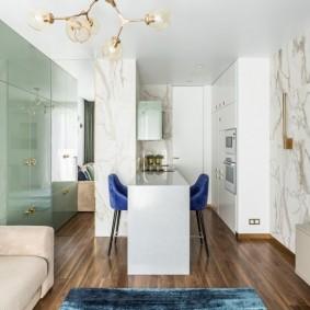 Кухонная зона с белым гарнитуром