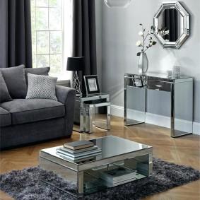 Хромированная мебель в гостиной комнате