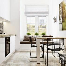 Металлические стулья в светлой кухне