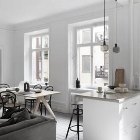 Кухня-гостиная с окнами без штор