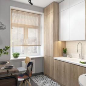 Встроенный холодильник у окна кухни