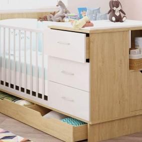 Деревянная кроватка с комодом для новорожденного
