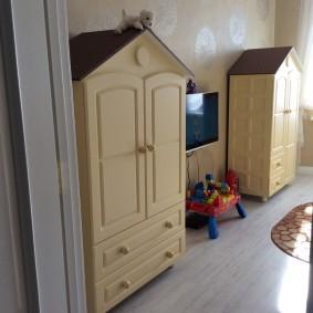 Шкафчики из массива для маленьких детей