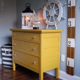 Желтый комод из массива сосны в комнате ребенка