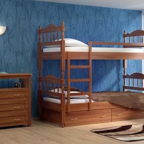 Деревянная двухъярусная кровать в спальне мальчиков