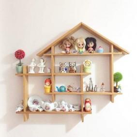 Деревянная полка на стене детской комнаты