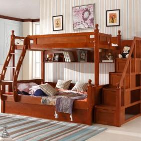 Деревянная лесенка на детской кровати