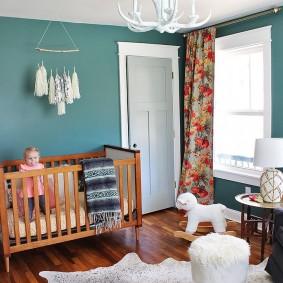 Кроватка для малыша с деревянными спинками