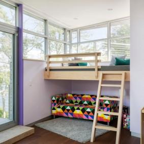 Кровать-чердак в комнате частного дома
