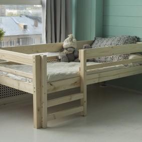 Кроватка для младенца с деревянной лесенкой