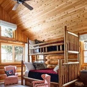 Двухъярусная кровать в деревянном доме