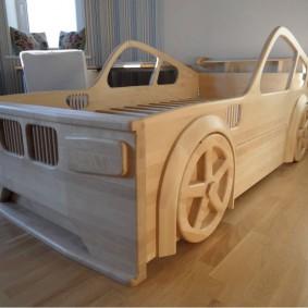 Кровать из массива в виде автомобиля
