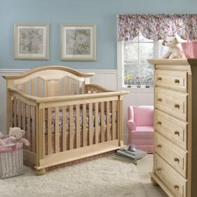 Красивая кроватка в комнате для малыша