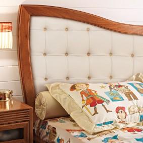 Мягкое изголовье кровати с деревянной рамкой