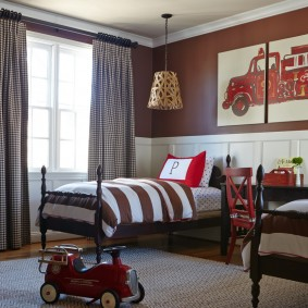 Полосатое одеяло на детской кровати