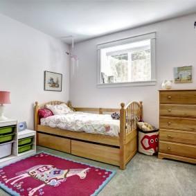 Деревянный комод в углу детской комнаты