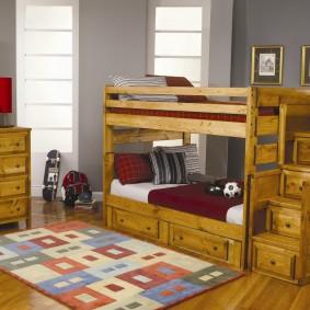 Деревянная кровать в комнате двоих мальчиков