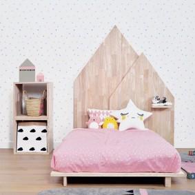 Детская кровать с деревянным изголовьем