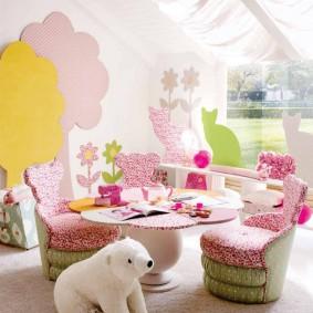 Мягкие стульчики в игровой зоне детской комнаты