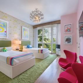 Красные кресла в спальне девочки